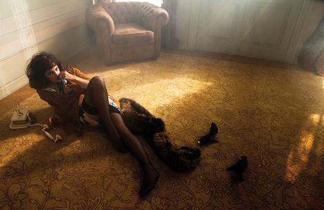 """Meryem Uzerli, kamera önünde bukalemun misali değişebilen biri olduğunu Vogue Türkiye dergisinin çekiminde kanıtladı.   """"Muhteşem Yüzyıl""""ın Hürrem Sultan'ı, modern zamanların baştan çıkarıcı, gizemli ve tehlikeli kadınına dönüşmekte hiç zorlanmadı."""