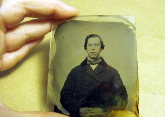 Kanada'da yaşayan bir fotoğraf koleksiyoncusu, 1860 yılında çekilmiş fotoğraftaki kişinin 'Grease' ve 'Pulp Fiction' filmlerinin unutulmaz oyuncusu John Travolta olduğu konusunda ısrarcı...   150 yıllık fotoğraf, eBay'de 50 bin dolardan açık artırmayla satılıyor.