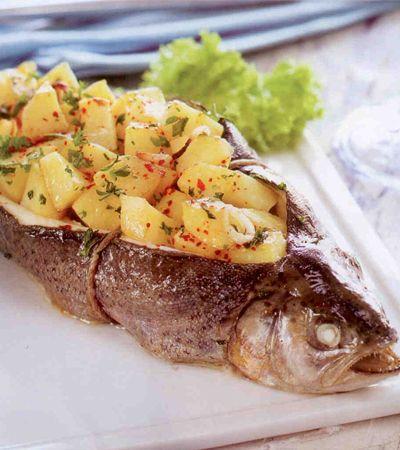 Patates Dolgulu Alabalık  4 Kişilik  Gerekli Malzemeler:  4 alabalık  6 patates  4 yemek kaşığı kıyılmış fesleğen  2 yemek kaşığı kıyılmış maydanoz  4 arpacık soğan  2 diş sarımsak  1 yemek kaşığı tereyağı  Tuz, karabiber, kırmızı pul biber  Hazırlanışı:  Balıkların pullarını temizleyip, iyice yıkayın. Balığın üst kısmını kafasından kuyruğuna kadar kesin, içini temizleyerek cep gibi açın. Patatesleri küp şeklinde doğrayıp çok ezilmeden haşlayın. Arpacık soğanların kabuklarını soyup ince doğrayın ve patatese ekleyin. Maydanoz, fesleğen, tuz. karabiber, rendelenmiş sarımsak ekleyip karıştırın. Balıkların içlerine tereyağı sürün ve patates harcını doldurun. Fırın ipi ile bağlayın ve fırın tepsisine yerleştirin. 190 derece fırında kızarıncaya kadar pişirin. Pul biber serpip, sıcak servis yapın.