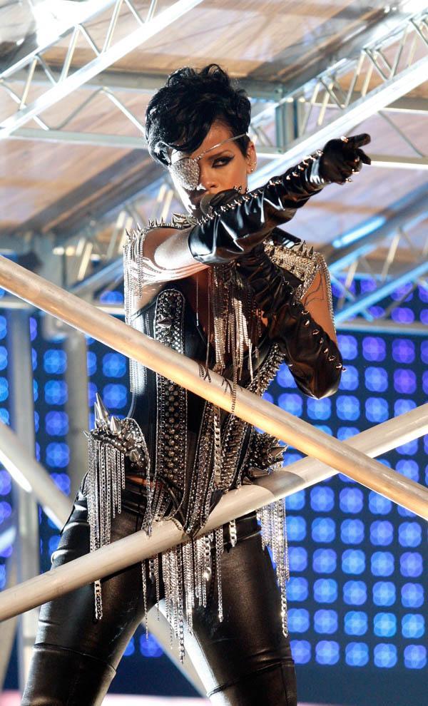 Rihanna uslanmıyor! - 8