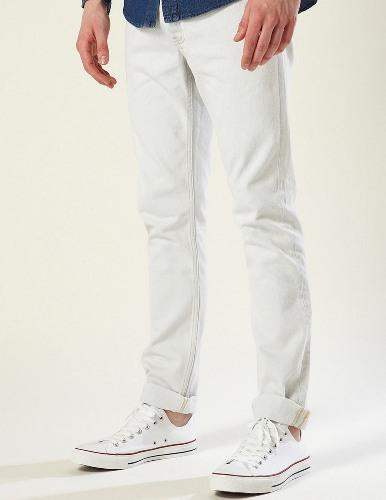 """Kadınların erkeklerde nefret ettiği şeyler neler? İşte detaylar...  Beyaz pantolon    Çok özel bir kostüm olmadıkça beyaz pantolondan kaçının. Hele bir beyaz takım elbiseye asla para vermeyin. Özellikle yazın giyilen beyaz keten pantolonlar, 80'li yılların """"Miami Vice"""" zamanlarında kaldı. Beyaz pantolon giyenleri kadınlar ilk bakışta eliyor."""