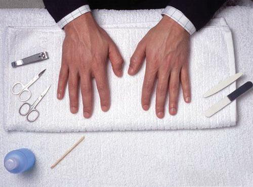 Kirli tırnaklar  Kadınların erkeklerde ilk baktıkları yerlerden biri ellerdir. Bir erkeğin temiz elleri, diğer yerlerinin de temiz olduğu havası yaratarak kadının gözünde artı bir değere dönüşür. Eğri büğrü ve içinde siyah şeritler halinde kirler barındıran tırnaklarla bezenmiş bir eli hiçbir kadın tutmak istemez.