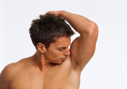 Ter kokusu  Kadınlar temiz erkekleri sever. Parfüm olmasa da teni temiz kokan bir erkeği çekici bulurlar. Ter kokusu ise büyük bir tehlike. Öncelikle aşırı terlemekten şikayetçiyseniz hormonlarınızla ilgili bir sorun olabilir. Önce bir doktora gidin. Eğer bir rahatsızlığınız yoksa ilk koşul her gün duş almanız ve deodorant kullanmanız. Ter kokusundan bu şekilde kurtulabilirsiniz ama görüntü ile de boğuşmalısınız. Islanınca rengi değişmeyen, yani terlediğinizde sizi ele vermeyecek giyecekler tercih edin.
