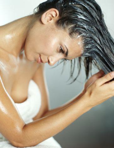 2.Hata:Tüm saça krem uygulamak  Saçınızın tümüne saç kremi uygulamak çok daha güzel görünmenizi sağlamaz. Hatta saçınızı olduğundan mat ve cılız gösterir.  Çözüm:  Saçınız doğal yağı ile kendi kendine bakım yapar. Saç kremini sadece saç uçlarınıza sürün ve sadece birkaç dakika beklettikten sonra durulayın.