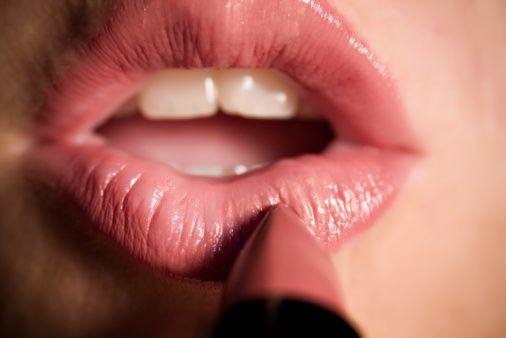 3.Hata: Yeni ruj denerken dudakları birbirine bastırmak  Anneniz böyle yapıyor değil mi?  Rujun dudaklarınıza dağılması için güzel bir yöntem olabilir ancak bunu yapmanız kan dolaşımını artırır. Sonuç olarak istediğiniz görüntüyü elde edemezsiniz.  Çözüm:  En iyi dudak tonunuz doğal dudak renginizden çok da farklı olmayan renklerdir. Rujların tester'larını sadece üst dudağınızda deneyin. Daha derin ve parlak bir görüntü elde edersiniz. Zekice!