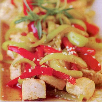 Soya soslu biberli tavuk  4 Kişilik  5 çorba kaşığı soya sosu  600 gram kuşbaşı tavuk eti  4'er adet kırmızı ve dolmalık biber   4-5 çorba kaşığı zeytinyağı  1 tatlı kaşığı susam  1'er çay kaşığı kişniş ve toz kırmızı biber  Biberleri temizleyip, jülyen doğrayın. Zeytinyağını geniş bir kaba alıp tavuğu ekleyin. Susunu salıp çekene dek soteleyin. Susam, kişniş ve toz kırmızı biberi katıp karışıtırararak kavurun. Tavuk yarı yarıya pişince, biberleri ekleyin. Birkaç dakika sonra soya sosunu katın. Tavuk piştiğinde ocaktan alıp servis yapın.  Kaynak: Sofra Dergisi