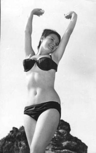 FATMA GİRİK Türk sinemasının gelmiş geçmiş en başarılı isimlerinden biri olan Fatma Girik, 1942 yılında İstanbul'da doğdu.   Fatma Girik'in yıldızı 1960 yılında yönetmenliğini Memduh Ün'ün yaptığı 'Ölüm Peşimizde' isimli sinema filmi ile bir anda parladı.