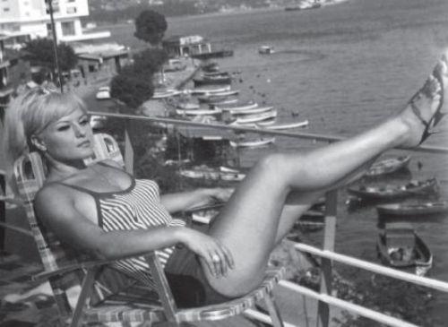 GÖNÜL YAZAR 1940 yılında İzmir'de doğan Gönül Yazar sanat hayatına 14 yaşında girdiği Ege Ses Kraliçesi Yarışması'nda birinci seçilerek atıldı.   Ankara Radyosu'ndan İstanbul sahnelerine transfer olduğu ilk yıllardan itibaren daima gözde,daima sevilir bir sanatçı olmayı başardı.