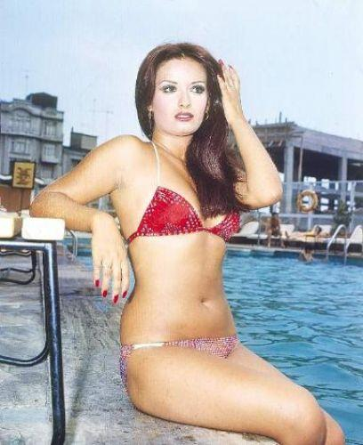 MÜJDE AR Asıl adı Kamile Suat Ebrem olan sanatçı, söz yazarı Aysel Gürel'in kızı. Türk televizyonlarının ilk yerli dizisi Aşk-ı Memnu'daki 'Bihter' rolu ile şöhret oldu.   Bikinisiyle denizden kameralara doğru koştuğu kolonya reklamı ile de Türkiye'nin popüler kültür hafızasında unutulmaz bir yer edindi.