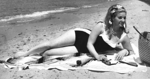 NERİMAN KÖKSAL Türk sinemasının ilk ve en uzun süreli 'vamp kadını' olarak kabul edilen Neriman Köksal, 1928 yılında İstanbul'da doğdu.   Neriman Köksal, 20`li yaşlarının ilk yarısında İstiklal Caddesi'nde yürürken Metin Erksan tarafından keşfedildi. Çete' filmindeki Rus prensesi Nina rolü ile sinemaya adım atan Neriman Köksal asıl ününü, Fosforlu Cevriye filmi ile elde etti.