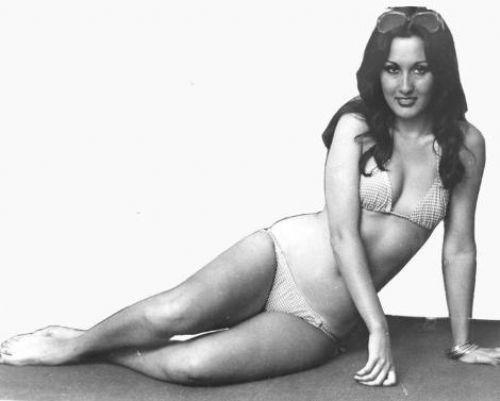 NÜKHET DURU Sanat dünyasının eskimek bilmeyen yüzlerinden biri olan Nükhet Duru, 1954 yılında doğdu. İlk 45'lik plağı 'Beni Benimle Bırak' 1975 yılında yayınlandı ve bu plak büyük bir başarı sağladı.  Duru, müzik albümlerindeki başarısını, beyaz perdeye de taşıdı ve bir çok filmde rol aldı.