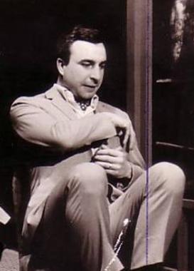 EKRANIN EN KIDEMLİLERİNDEN Uzun yıllar öncesinden kalan bu fotoğraftaki aktör de sahnenin ve ekranın en kıdemlilerinden biri.   Zafer Ergin, Dil Tarih Coğrafya Fakültesi'ni bitirdikten sonra Ankara Deneme Sahnesi'nde oyunculuk kariyerine başladı.