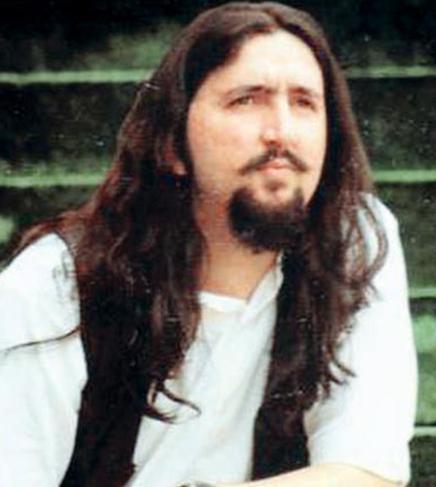 FENOMEN OLDU Bu fotoğraftaki uzun saçlı genç adamın yüzü size de bir yerlerden tanıdık geliyor değil mi..