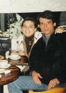 TED Ankara Koleji'ni bitirdi. Oyunculuk serüveni 1974 yılında Yılmaz Güney'in Arkadaş filmiyle başladı.