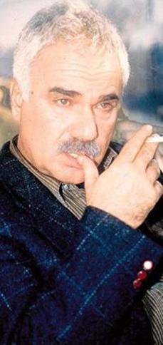 Ankara Üniversitesi Siyasal Bilgiler Fakültesi'nde okudu. Halk Oyuncuları'nda Teneke adlı oyunla profesyonel oldu.
