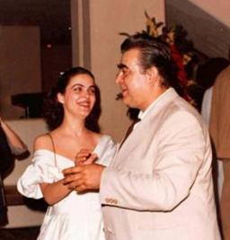 30 YILLIK OYUNCU  Babasının kolları arasında kelebekler gibi dans eden bu genç kızı tanıyabildiniz mi..