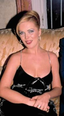 O genç kız, oyunculuk kariyerine 1981 yılında Ankara Sanat Tiyatrosu'nda başlayan Nurseli İdiz.