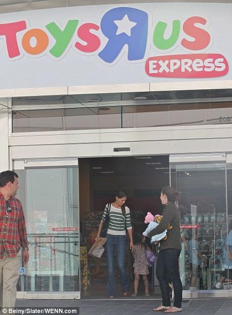 Suri ve annesi Katie Holmes, alışveriş merkezinden ayrılıyor.