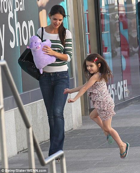 Alışveriş merkezinden çıktıktan sonra Suri, oyuncağını tutan annesinin etrafında heyecanla sıçrıyordu...