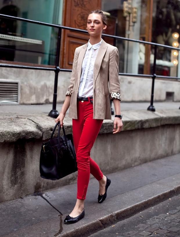 Kemerin en klasik kullanımı, yandaki gibi pantolon üzerine ve ayakkabı/çanta ile aynı renkte. Bu şekilde kıyafet renklerinizde bir bütünlük sağlamış oluyor ve bence çok da güzel görünüyor. Şimdilerde kemerler şekilden şekile girse de bu klasik kullanımın modası hiçbir zaman geçmiyor.Alışveriş Cini
