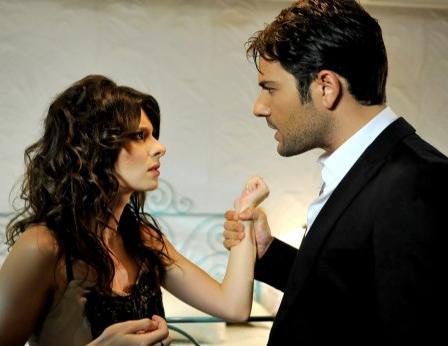 Kardeş olduklarını bilmeden büyüyen Ayla ve Şebnem, Kenan'A aşık oluyorlar. Aslında Şebnem'e aşık olan Kenan zorunlu kaldığı için patronunun kızı Şebnem ile evleniyor.
