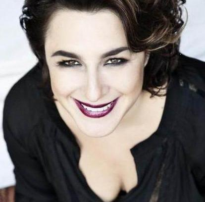 MUKADDES YENGE BÖYLE OTURMA! Esra Dermancıoğlu, ilk oyunculuk denemesini Fatmagül'ün Suçu Ne dizisindeki Mukaddes Yenge rolüyle yaşadı ve çok da başarılı oldu. Ama seyirciden ona da bir eleştiri geldi.
