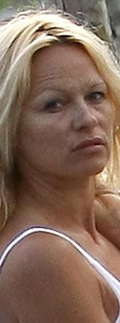 Pamela Anderson makyjsızken yılların izi yüzünde belirgin olarak görünüyor.