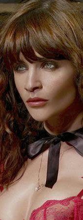 Helena Christensen'ın biraz makayjlı biraz da photoshop'lu görüntüsü.
