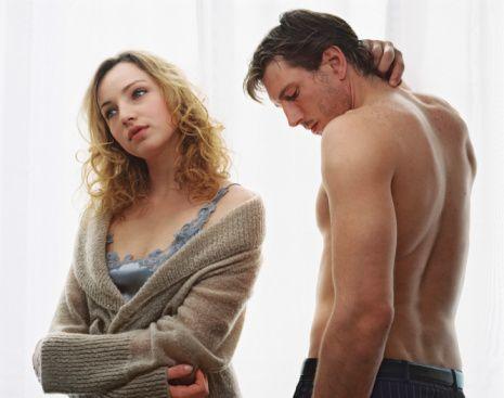 Uzman Psikolojik Danışman Cem Keçe, mutlu bir cinsel yaşam için altın değerinde önerilerde bulundu, cinsel birleşmeden alınan zevki artırmak için yapılması gerekenleri sıraladı...  Cinsellikten Keyif Alabilmek için Rahat Olunmalı  Çiftin boşalması veya orgazmın mutluluğuna ulaşması için çok rahat olması ve endişe duymaması gerekir. Endişe, korku veya kaygı veren düşünce veya duygular çiftin olumsuz etkilenmesini ve cinsel olarak uyarılmalarını yavaşlatabilir. Eğer çift beynini kapatmakta zorlanıyorsa, düşünce ve duygularını kontrolü altına almak için cinsel fanteziler kurmayı deneyebilir. Böylece yatakta geçirilen zaman eğlenceli, tinsel, yoğun ve derin olabilir.