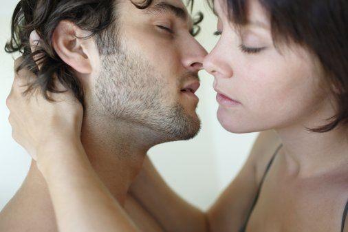 Ön Sevişme Şart  Yeterli bir ön sevişme her iki tarafı da hazza götürecektir. Daha uzun, duyarlı ve keyifli bir cinsellik yaşamak, erkeklerde boşalmanın denetim altına alınması, kadınlarda ise daha kolay orgazma ulaşılması için son derece gerekli olan ön sevişme, cinsellikten alınan hazzın artırılması ve cinsel uyumsuzlukların daha az görülmesi için de gereklidir. Bu nedenle ön sevişmeye yeteri kadar zaman ayıran çiftler sağlıklı ve mutlu bir cinsel yaşama sahip olurlar.   Ön sevişmede kadının klitorisinin uyarılması, hem daha fazla haz almasını hem de orgazma daha kolay ulaşmasını sağlar.