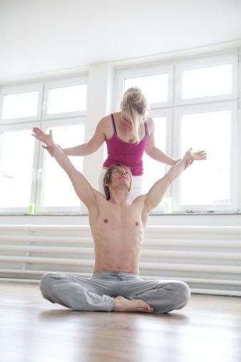 """Kegel Egzersizleri   Hem kadın için hem de erkek için faydalı egzersizlerdir. Bu egzersizlere """"aşk kası egzersizleri"""" adı da verilir. Kegel egzersizlerinde başarı, uygun teknik kullanmaya ve düzenli egzersiz programına uymayla doğru orantılıdır.  Kegel egzersizlerinde her birim egzersiz için aşk kaslarının 5 saniye kasılması ve 5 saniye gevşetilmesi gerekir. Kasılma ve bekleme arka arkaya 10 kez uygulanmalıdır. Egzersizler esnasında normal nefes alıp verme ve yalnızca aşk kaslarının çalışıyor olmasına dikkat edilmelidir. Bu birim egzersizin günde en az 10 kez yapılması gerekmektedir.   Bazı uzmanlar egzersizlerde aşırıya kaçmanın ve idrar yaparken bu egzersizleri uygulamanın kişilere sıkıntı verebileceğini iddia etse de kriter, kasıklarda ağrı hissedilmesidir. Aşk kasları egzersizleri kadınlarda daha kolay orgazm olmaya, erkeklerde de erken boşalmayı kontrol etmeye yardımcı olmaktadır."""