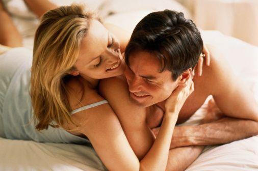 Çift Yatakta Hevesli Görünmeli  Bunun için seksin yatak odasının dışında başladığını unutmamak gerekir. Çift beraber olma hevesini yatak odası dışında gösterdiğinde yalnız kalmak için sabırsızlanır ve birbirlerini daha yoğun bir şekilde arzular.