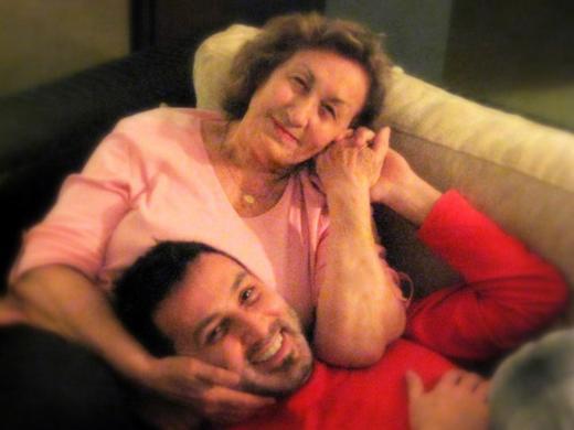 """Metin Arolat annesiyle çekilen bu fotoğrafını """"Resmini görünce burnumda tüttü. Hemen arayayım canımı"""" notuyla paylaştı."""