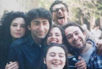 Bu fotoğraf Nilüfer Açıkalın'ın sayfasından. Karede bugünün iki ünlüsünün gençlik görüntüleri de var. Biri Güven Kıraç (sağda) diğeri de Tuna Orhan.