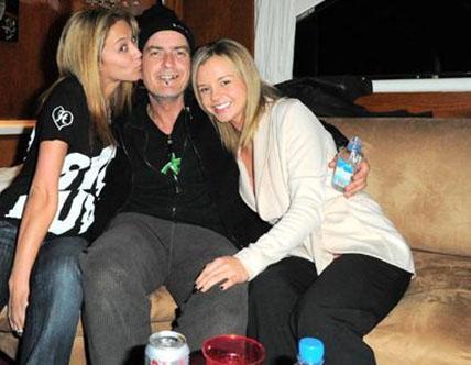 Charlie Sheen iki sevgilisiyle birlikte.