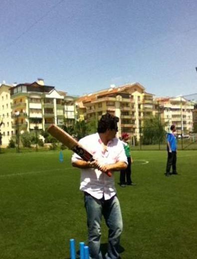 Şaşmaz, Ankara'da kriket oynarken çekilen bu fotoğrafını da paylaştı.