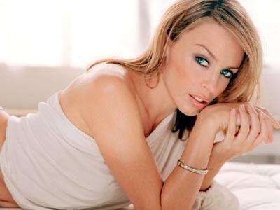 """KYLİE MINOGUE  Avusturalyalı şarkıcı Kylie Minogue, 2005 yılında göğüs kanserine yakalanmıştı.Yağun bir tedavinin ardından sağlğına kavuşan şarkıcı, """" Doktorlar bana hastalığımı açıkladığında sessizliğe büründüm. Ama yılmadım. Aileminde desteğiyle sağlığıma kavuştum"""" diyor"""