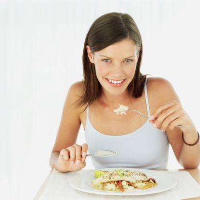 4. Eski diyet kuralı; 6 öğün yemek, Yeni diyet kuralı; Acıktığında yemek, münkünse günde 2 öğün yemek:  Az az sık sık yendiğinde, vücuda sürekli şeker girişi olduğu için bu durum pankreastan sürekli insülin salınımına neden oluyor. İnsülin anabolizan yani yağ depolayıcı bir hormondur. İnsülinin bu şekilde yüksek olması kişinin daha çabuk acıkmasına neden oluyor. Yenilen yiyeceğin içindeki şeker daha çabuk yağ dokusuna depolanıyor. Aynı zamanda kişi metabolizmam çalışsın diye sık sık yemem gerekiyor düşüncesinde olduğundan daha o öğünü yerken bir sonraki öğünün hayalini kuruyor ve ister istemez daha çok yemek düşünmeye başlıyor. Bu durumda kişinin iştahı açılıyor ve bir sonraki öğünü daha çok yemeye başlıyor.  Oysa yemek fizyolojik bir ihtiyaçtır. Nasıl ki, uykumuz geldiğinde uyuyoruz, tuvalet ihtiyacımız geldiğinde tuvalete gidiyoruz, üşüdüğümüzde daha kalın giyiniyoruz, yemeyi de acıktığımızda yememiz gerekiyor. Burada dikkat edilmesi gereken en önemli nokta, açlığı çok ertelememek. Eğer açlığımızı çok ertelersek bir sonraki öğünü çok fazla yeriz. Son yapılan araştırmalarda günde iki öğün yemenin insan vücudu için daha uygun olduğu düşünülüyor.   Eski çağlarda elektrik olmadığı için insanın da kendini gün ışığına göre programladığını biliyoruz, sabahın ilk işikları ile güne başlanıyordu ve güneş battığında gün bitiyordu. Durum böyle olunca akşam yemeği saatleri uzamıyordu. Vücudun gece ve gündüz hormonları dengeli bir şekilde çalışıyordu. Aynı zamanda hareketlilik de olduğu için o dönemlerde kilo problemi ile karşılaşmıyorduk. O dönemlerde sabah yemekleri saat 9-10 gibi akşam yemekleri de 16-18 arasında yeniyordu. Günümüzde ise uzun çalışma saatleri nedeni ile bu yeme düzenini oturtamaz isek, günde en fazla dört öğünle kendimizi sınırlamamız gerekiyor. Özellikle de ikindi ve akşam yemeğinin yeri de değişebilir. Yani ikindiyi ana öğün gibi yapıp akşam yemeğini ara öğün kıvamında tutabilmek en iyi beslenme biçimi olabilecektir.