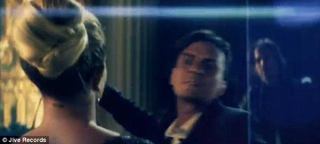 Jason Britney'i kurtaran beyaz atlı prensi oynuyor.