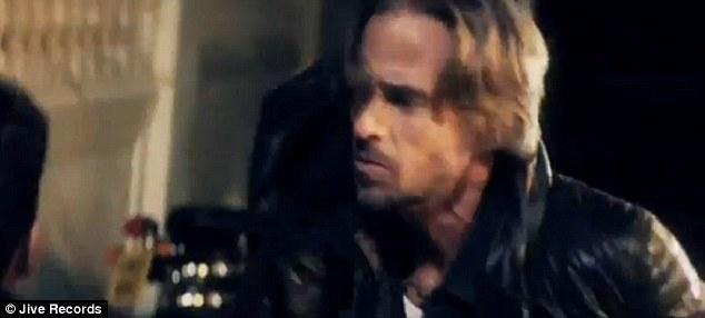 Jason videoda Britney'in beyaz atlı prensini oynuyor.