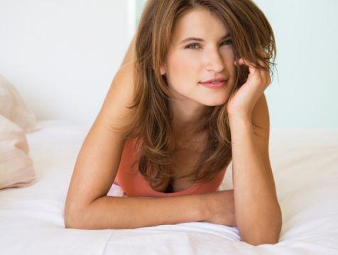 Yanlış 4: Menepoz sonrası orgazm olmak güçleşir  Menopoz sonrasında orgazm olmak güçleşmez.  Tam tersine birçok kadın ilerleyen yaşlarda daha yoğun ve uzun orgazmlar yaşadığını belirtiyor.  Bunun nedeni ilerleyen yaşla beraber kadınların vücutlarını daha iyi tanıması, kendilerine neyin zevk verdiğini daha iyi bilmesi ve partnerlerine istek ve arzularını daha rahatlıkla ifade edebilmesidir.    Birçok kadın cinselliğe ilk adım attıkları gençlik döneminde bu rahatlığa sahip değildir.  Özellikle partner tarafından yanlış değerlendirme korkusu, yanlış cinsel bilgiler ve cinsellikle ilgili olumsuz şartlanmalar genç kadınların vücutlarını araştırmalarını zorlaştırır.   Ancak menopoz sonrasında bu tip endişelerde bir rahatlama yaşanır.  Ancak her kadın menopoz sonrasında düzenli ve kolay orgazma ulaşacak diye bir kaide de yoktur.    Her yaş döneminde olduğu gibi, menopoz sonrasında da ısrarcı şekilde devam eden orgazm probleminde, sorunun fizyolojik ve psikolojik alt yapısı incelenmelidir.  Ayrıca partnerle olan ilişkinin kalitesi, ilişki çatışmaları, gündelik hayata dair stresler, geçmiş cinsel deneyimler ve geçmiş ilişki öyküsü de araştırılmalıdır.