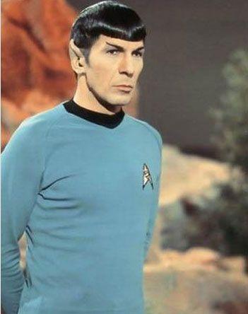 Üzerine etiket gibi yapıştı.  Uzay yolu dizisinin Mister Spock'ını canlandıran Leonard Nimoy, kendine özgü yukarı doğru kalkık kaşları, karizmatik kişiliği ve en önemlisi de sivri kulaklarıyla TV tarihinin unutulmazlarından.