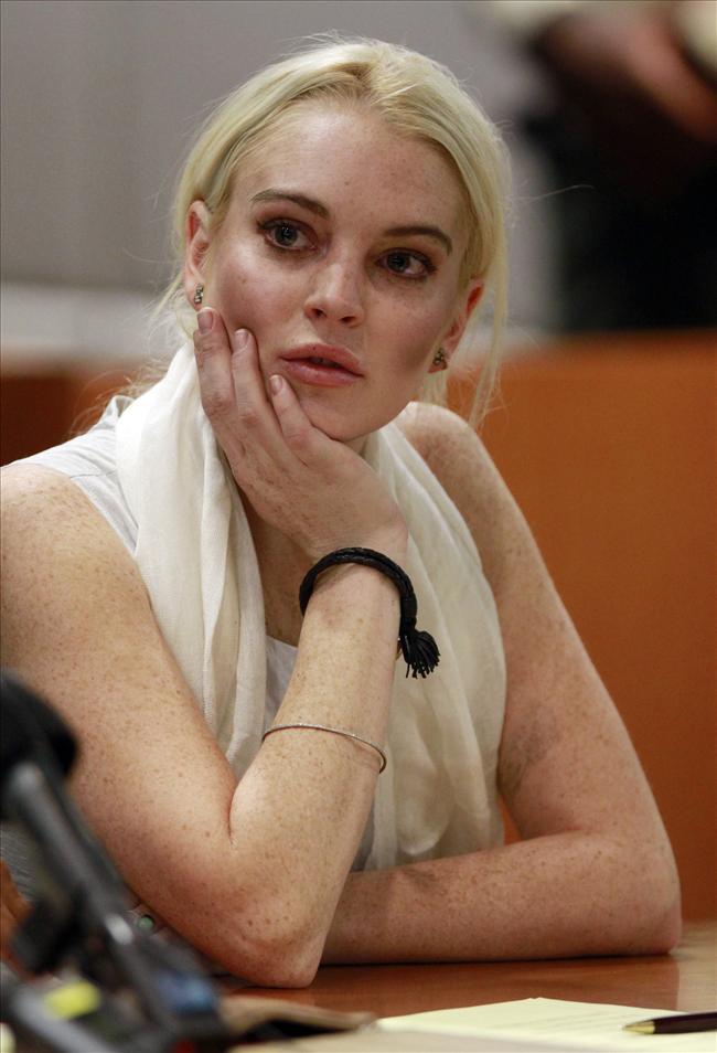 Amerikalı ünlü oyuncu Lindsay Lohan, şartlı tahliye kurallarını ihlal ettiği için tutuklandı.