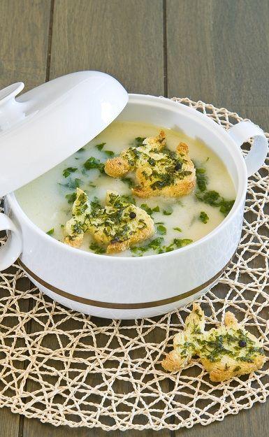 BALIK ÇORBASI  Malzemeler 1 adet orta boy balık (kırlangıç, levrek ya da mezgit) 1'er adet havuç, patates, soğan ve yapraklı kereviz 1 diş sarımsak 2 litre su Yarım demet maydanoz 2 tatlı kaşığı tuz 1 adet limonun suyu 1 adet yumurta 2 çorba kaşığı mısır nişastası 1 çorba kaşığı krema 1 tatlı kaşığı kırmızıbiber 1 çorba kaşığı tereyağı  Balığı iyice yıkayın. Tuz ve sebzelerle birlikte, 2 litre suda haşlayın. Süzgeçten geçirin. Balığı soğumaya bırakın. Ayrı bir yerde yumurta, limon suyu, nişasta ve kremayı mikserle çırpın. Bu karışımı, ılıttığınız balık suyuna dikkatlice katın. Karıştırarak kaynama noktasına getirin. Ayıkladığınız balıkları ilave edin. Eritilmiş tereyağı ve kırmızıbiberi çorbanın üzerine gezdirip, sıcak olarak servis yapın.