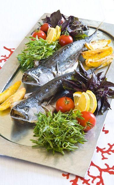 IZGARA BALIK Malzemeler Lüfer, palamut ya da levrek Zeytinyağı Tuz  Yapılışı Tercih ettiğiniz balığın derisine dokunmadan sadece içini ayıklayın, yıkayın ve iyice kurutun. Zeytinyağı ve tuzla beraber içini dışını adeta masaj yaparcasına ovun. Balıkları fırın tepsinize yüzgeçlerini yana doğru açarak dik yerleştirin ve 175 derecede daha önceden ısıttığınız fırında pişirin.