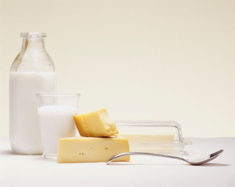 Az yağlı süt ürünleri:  Süt akne tedavisi sürecinde pek tüketmemeniz gereken bir besin maddesidir. Ancak içerisindeki A vitaminine cildimiz ihtiyaç duyduğu için az yağlı süt ürünleri tüketilebilir.  Kaynak: Milliyet