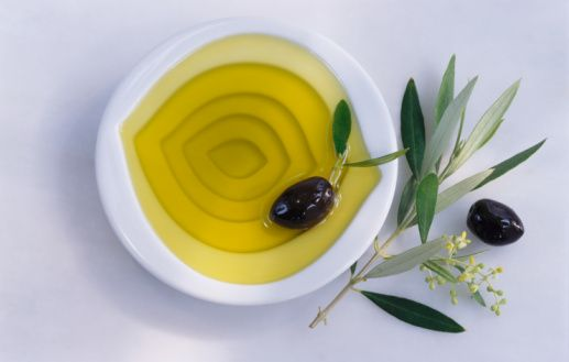 Zeytinyağı:  Doymamış yağ asitlerinden oluşan zeytinyağı veya susam yağı gerekli yağ asitlerini içerir. Bu yağ asitleri hücrelerin zarlarının oluşumunda etkilidir.