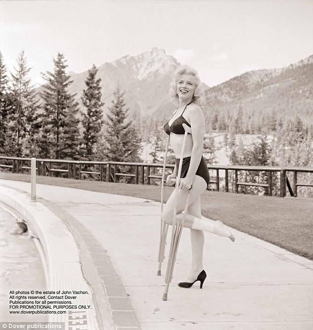 1953 yılında River Of No Return filminin çekimleri sırasında bileğinden sakatlanan Marilyn Monroe, çekimlere kısa bir süre ara verdi. Fakat bu sakatlık onun kameralara kocaman gülümsemesine ve güzel pozlar vermesine engel olamadı...