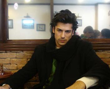 Özçivit, 2004 yılındaki bu yarışmada gelecek vaad eden model seçildi. 2005'te ise birinci oldu. Yani kısacası çöpten çıkan fotoğraflar Özçivit'in yaşamını değiştirdi.