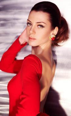 Şu sıralar Sensiz Olmaz dizisinde oynayan Gökçe Bahadır 1981 doğumlu.
